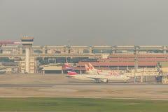 Tour de contrôle d'avion sur le champ avec le fond de ciel bleu chez Don Muang International Airport, Thaïlande Image libre de droits