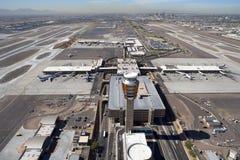 Tour de contrôle et aéroport Photo stock