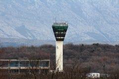 Tour de contrôle local d'aéroport avec la montagne et les bois à l'arrière-plan Photos libres de droits