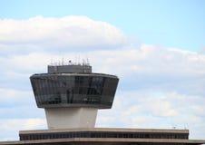 Tour de contrôle d'aéroport avec les nuages et le ciel bleu Images stock