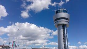Tour de contrôle d'aéroport de Sofia au ciel nuageux Photo libre de droits