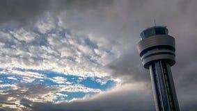 Tour de contrôle d'aéroport de Sofia au ciel nuageux Photos stock