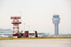 Tour de contrôle d'aéroport et tour de communication de radar Photo libre de droits