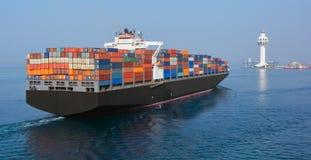 Tour de contrôle de port de Jeddah et navire porte-conteneurs Images libres de droits