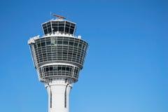 Tour de contrôle du trafic aérien de Munich contre le ciel bleu clair Photographie stock libre de droits