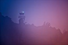Tour de contrôle du trafic aérien en brouillard dense Photos libres de droits