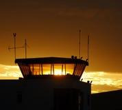 Tour de contrôle du trafic aérien sur le ciel de coucher du soleil Image libre de droits
