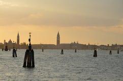 Tour de coucher du soleil et d'horloge Photos stock