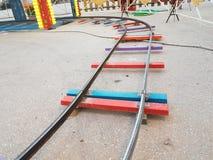 Tour de couleurs de jouet de voie de chemin de fer photos libres de droits