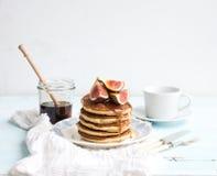 Tour de crêpe avec les figues et le miel frais d'un plat rustique Fond blanc photos libres de droits