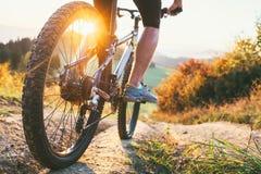 Tour de cycliste de montagne vers le bas de colline Fin vers le haut d'image de roue actif photographie stock