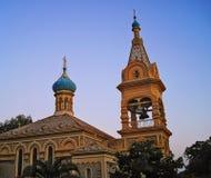 Tour de dôme et de cloche de l'église orthodoxe russe dans la ville du Ca Photos libres de droits