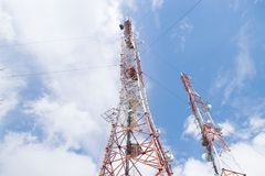 Tour de deux télécommunications un jour ensoleillé contre un ciel bleu Images libres de droits