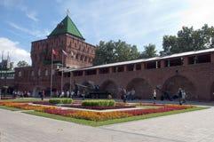 Tour de Dmitrievskaya de Kremlin avec le réservoir d'armée et l'affichage d'équipement photo stock