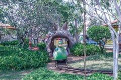 Tour de fête foraine de train de canard sortant de la bouche de dragon, Chennai, Inde 29 janvier 2017 Photos stock