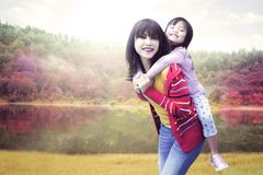 Tour de ferroutage de fille avec sa mère Photographie stock