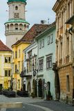Tour de feu sur la place de la ville historique en Hongrie photographie stock