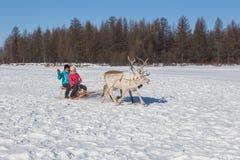Tour de filles sur un traîneau de renne Photographie stock libre de droits