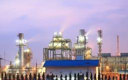 Tour de fléau dans la centrale pétrochimique au crépuscule Image libre de droits