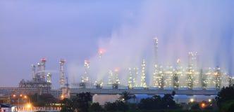 Tour de fléau dans la centrale pétrochimique au crépuscule Image stock