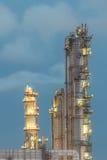 Tour de fléau dans la centrale pétrochimique au crépuscule photos stock