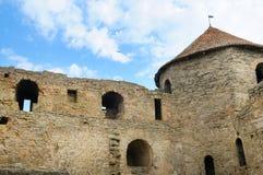 Tour de forteresse avec le toit carrelé sur le fond de ciel bleu emplacement photos libres de droits
