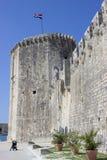 Tour de forteresse de Trogir avec la poussette de bébé image stock