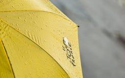 Tour de France-Regenschirm mit Wasser-Tropfen stockfotos