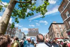 Tour de France s'ouvrant avec les flèches rouges au-dessus de York Photos stock
