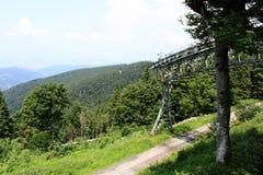 Tour de funiculaire dans l'horizontal de montagne photographie stock