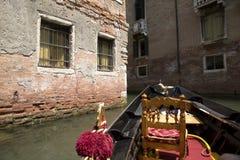 Tour de gondole dans le vieux canal de Venise Photos libres de droits