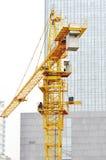 Tour de grue et immeuble de bureaux image stock