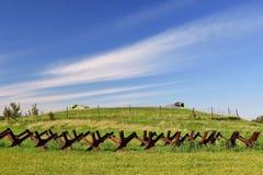 Tour de guet et ligne de défense, vieille frontière d'état du rideau de fer - barrière barbelée Secteur militaire commémoratif -  Photographie stock