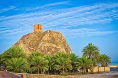 Tour de guet sur une colline dans Muscat, Oman Photo stock