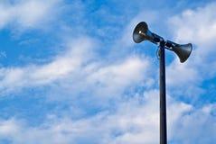 Tour de haut-parleur contre le ciel bleu image libre de droits