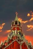 Tour de Kremlin sur le fond de coucher du soleil Photographie stock libre de droits