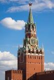 Tour de Kremlin sur un grand dos rouge photo stock