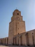 Tour de la grande mosquée dans Kairouan contre un ciel bleu Photographie stock libre de droits