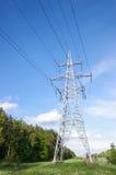 Tour de ligne électrique contre le ciel bleu Photographie stock
