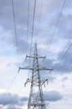 Tour de ligne électrique et d'électricité devant le ciel nuageux Photos stock