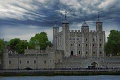 Tour de Londres avec un ciel orageux - Londres, 2016 Photos libres de droits