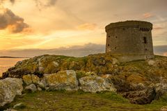 Tour de Martello au coucher du soleil. l'Irlande Images stock