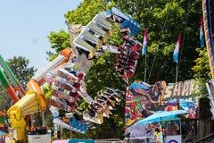 Tour de montagnes russes de griffe avec les personnes criardes au parc d'attractions photo libre de droits