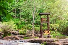 Tour de montre de sécurité à la cascade de tonne de fripes dans la saison des pluies tôt dedans Images stock