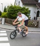 Tour de père et de fils sur le vélo Photo libre de droits