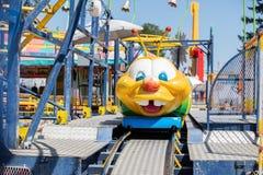 Tour de parc d'attractions pour des enfants image libre de droits