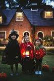 Tour de petits enfants ou traitement dans Halloween photo stock