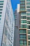 Tour de Petronas, vue par des gratte-ciel Photographie stock libre de droits