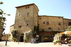 Tour de place principale dans Volpaia (Toscane, Italie) Photographie stock libre de droits