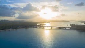 Tour de point de vue au pont moyen d'histoire d'amour de Sarasin de pont en île de Phuket Images stock